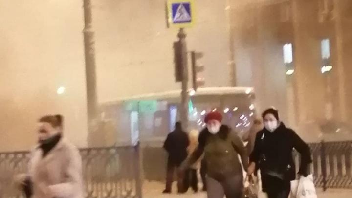 «Водитель кричал, чтобы выбегали скорее»: в Екатеринбурге автобус с пассажирами задымился на ходу