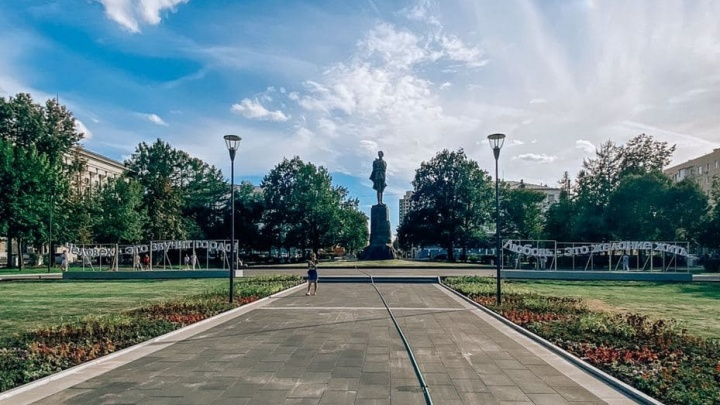 «Человек — это звучит гордо». Нижегородцы не оценили светящиеся цитаты на площади Горького