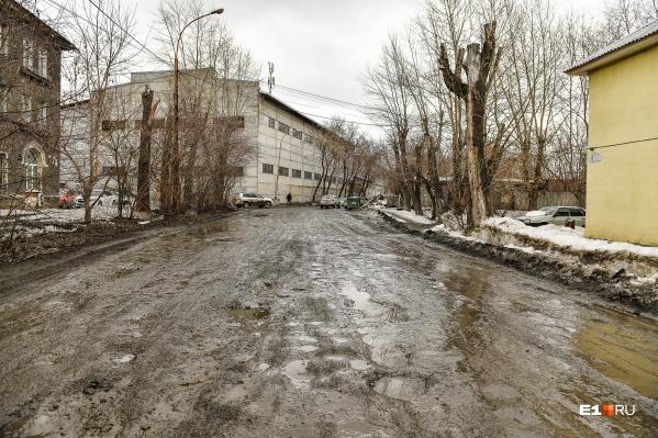 За зиму на проезжей части и тротуарах намерз большой слой спрессованного снега, который очень медленно тает