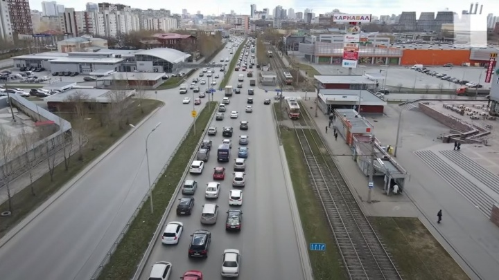 Автомобилисты в Екатеринбурге встали в пятикилометровую пробку из-за ремонта моста на Бебеля