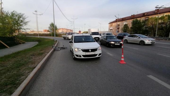 В Тюмени велосипедист влетел в учебный автомобиль и сломал зубы
