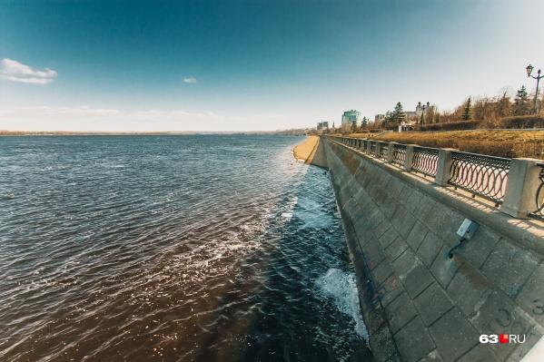 Во время паводка на Волге уровень воды значительно поднимается