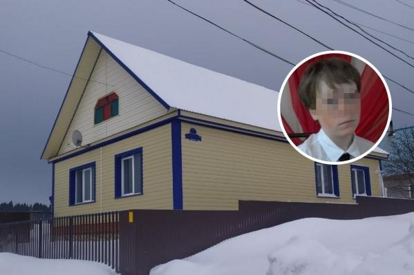 Трагедия произошла в доме, где жила семья. Мальчик скрылся с места происшествия