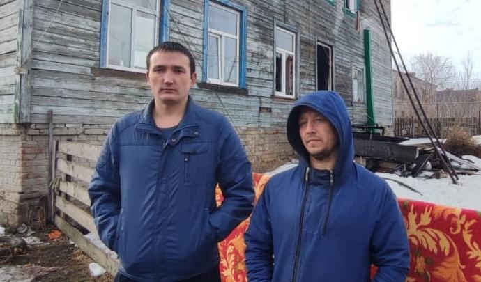 В Башкирии мужчина вынес из горящего дома двух малышей