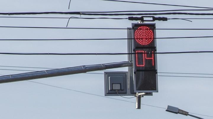 На оживленном перекрестке в центре Волгограда неожиданно погасли все светофоры