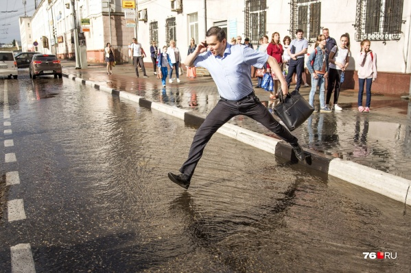 После дождя по Республиканской улице в Ярославле текут настоящие реки