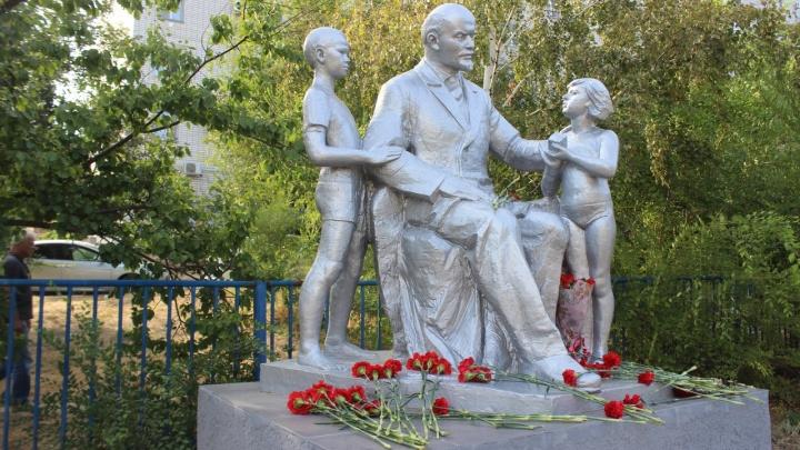 В Кировском районе Волгограда открыли покрытый серебром памятник «Ленин и дети»