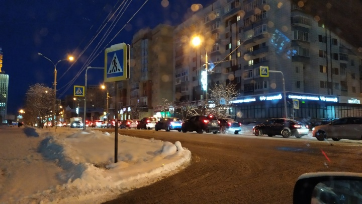 «Встанет проспект Ломоносова»: чем неудобен новый режим работы светофора в центре Архангельска