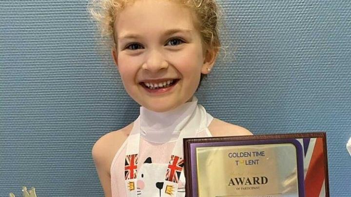 Малышка из Красноярска завоевала два первых места на престижном вокальном конкурсе в Великобритании