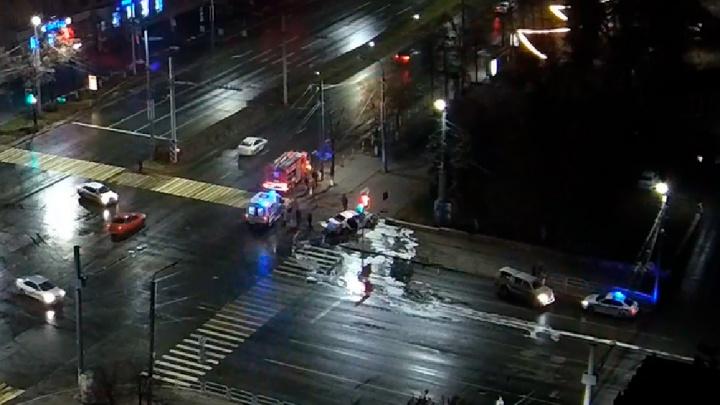 Три человека пострадали в ДТП с такси в центре Челябинска. Смотрим видео
