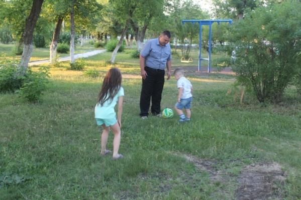 В 2018 году в МВД рассказывали о семье подполковника Дамира Асфандьярова, жена которого — следователь полиции