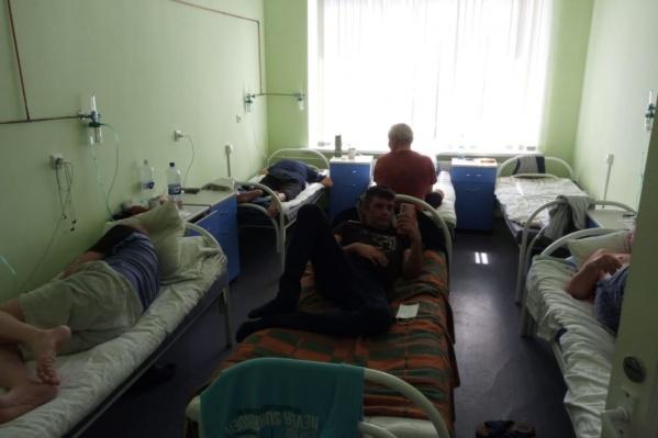 В палате, где обычно стоят четыре кровати, сейчас лечат шестерых пациентов с ковидом