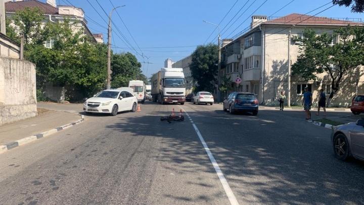 В Новороссийске водитель самоката попал под колеса машины. Он выглядел пьяным