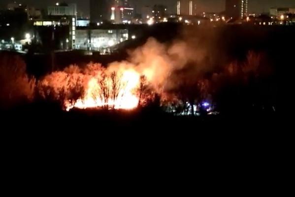 На месте повторного возгорания уже работают пожарные расчеты