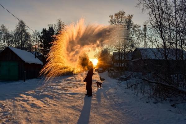 Такой морозный полукруг на восходе получился у жителя Мезенского района