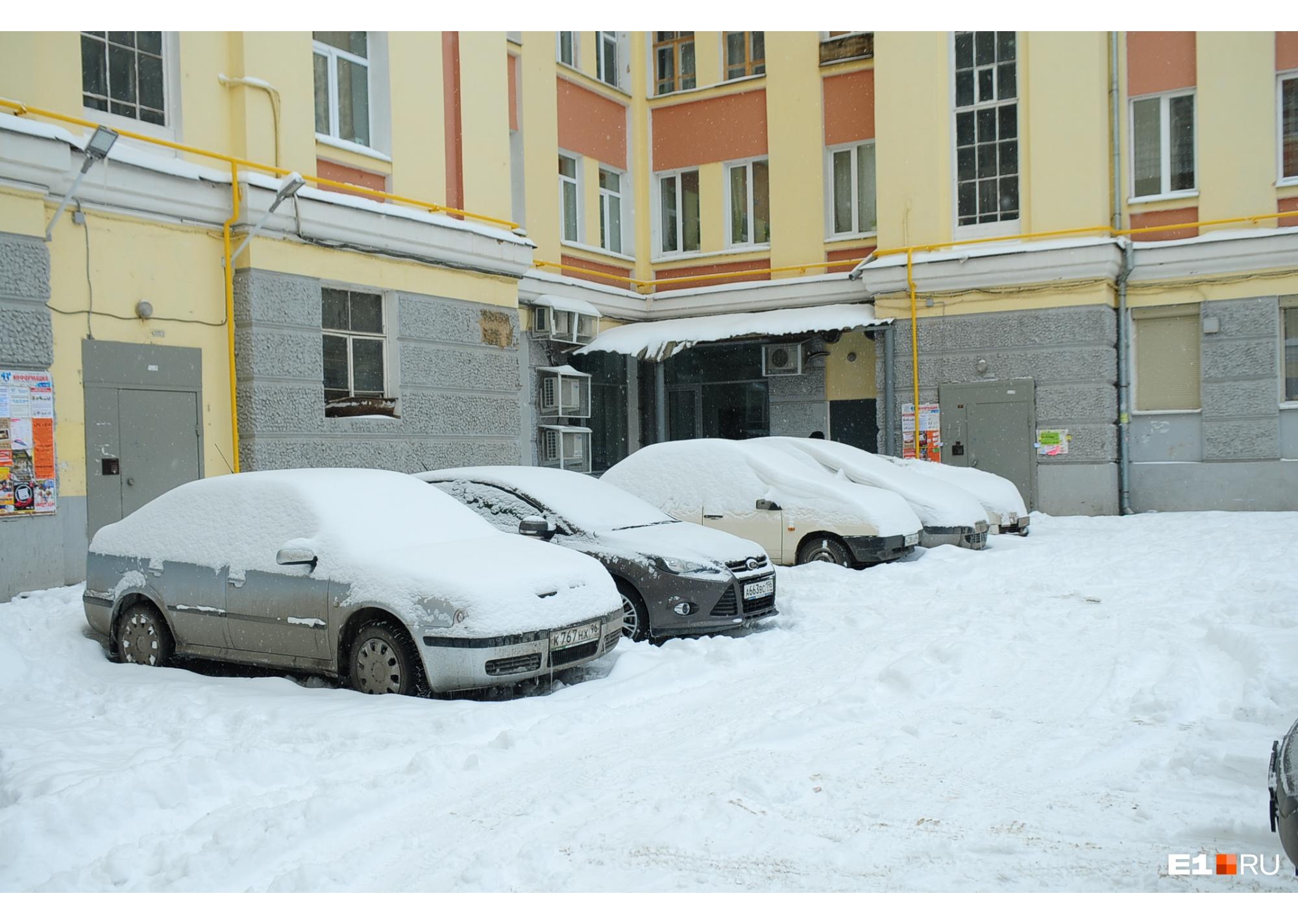Если снег с крыш не убирать вовремя, то при первой же оттепели он свалится