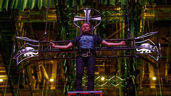 Барабанщик, повисший в воздухе, и распятый солист: смотрим репортаж с репетиции «Арии» в «Экспо»