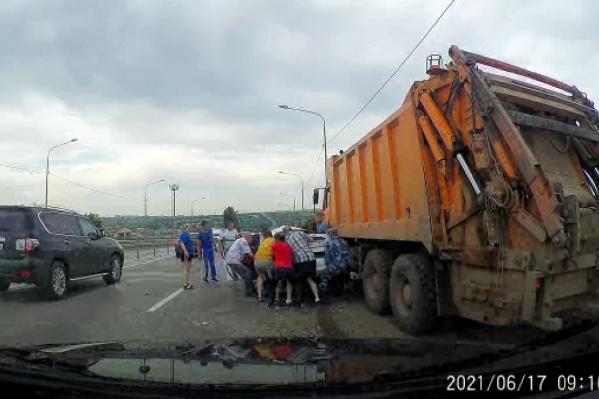 Несколько человек выдергивали иномарку из-под грузовика. Удар пришелся на пассажирскую часть авто