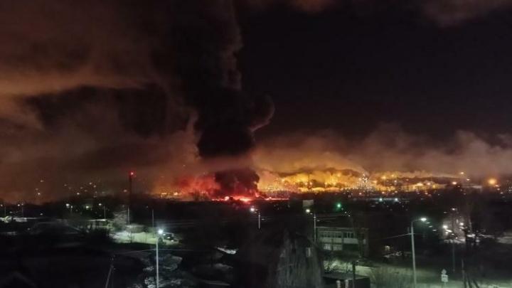 Столб пламени и взрывы: ночной пожар в Антипино тушили 42сотрудника МЧС
