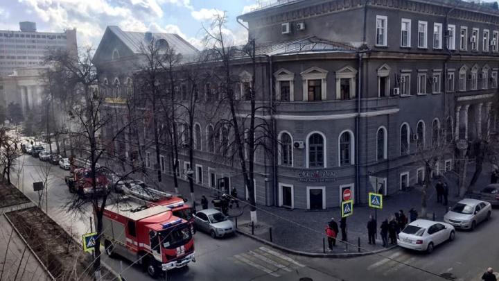 В центре Волгограда загорелось здание Облпотребсоюза