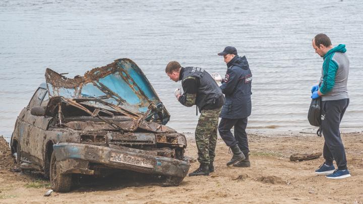Со дна реки в Прикамье достали автомобиль с парой, утонувший семь лет назад. Видеосюжет