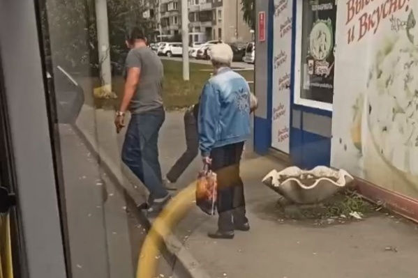 """Инцидент произошел на остановке «Улица <nobr class=""""_"""">250-летия</nobr> Челябинска»"""