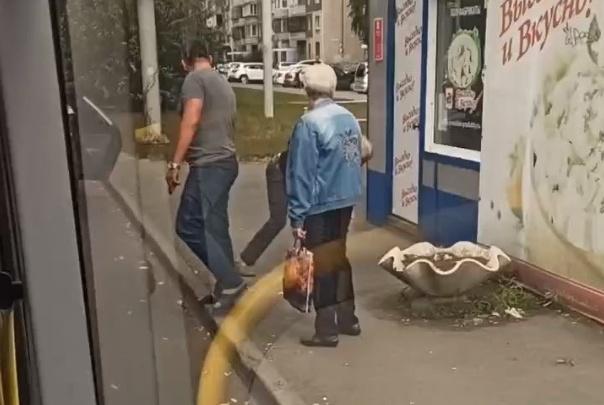 «Выкинул из автобуса и ударил в голову»: водитель набросился на челябинца после замечания кондуктору из-за маски