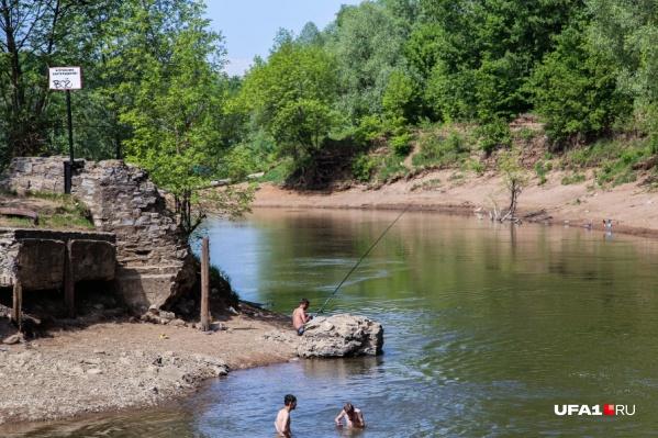 Несмотря на запрещающие знаки, люди продолжают купаться в опасных местах