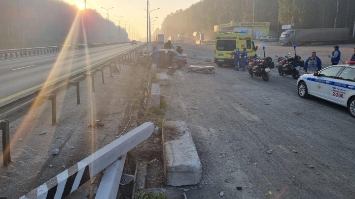 «Приора» снесла фонарный столб на Пермском тракте. Водителя госпитализировали с серьезными травмами