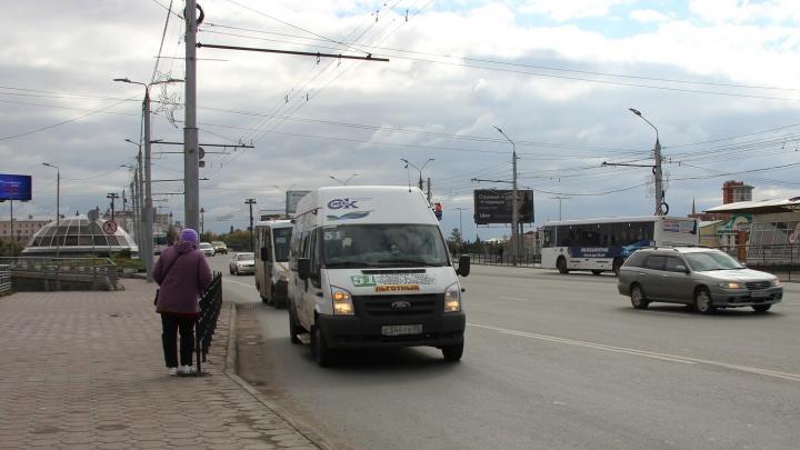 Частных перевозчиков решили переводить на муниципальные контракты летом следующего года