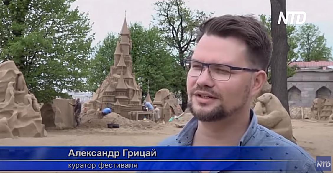 Александр Грицай курирует фестивали на пляже крепости.