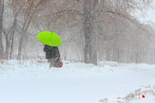 В воскресенье имеет смысл прихватить с собой зонт, выходя из дома