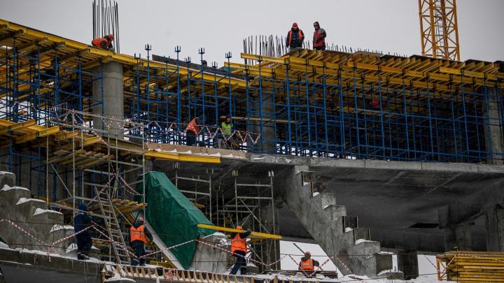 Огромные конструкции нового ЛДС поднимают два крана— один не выдержит. 15фото с масштабной стройки