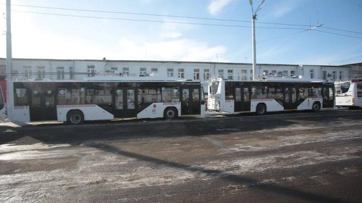 В Красноярск пришла первая партия новых троллейбусов. Они могут ездить без сети, внутри есть USB-порты