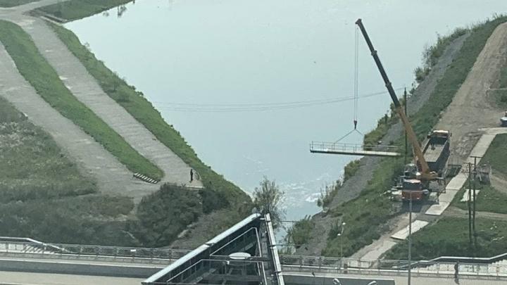 В Академическом подняли краном мост, чтобы перенести его к школе