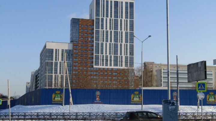 «Он сказал, что его зарезали, балкон был весь в крови»: в Екатеринбурге напали на мужчину
