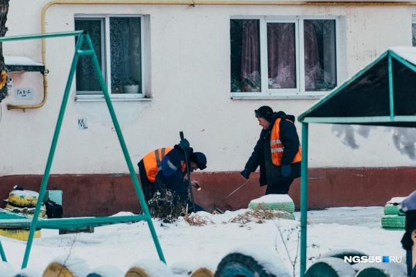 По словам местной жительницы, рабочие пытаются найти порыв на трубе при помощи лыжной палки