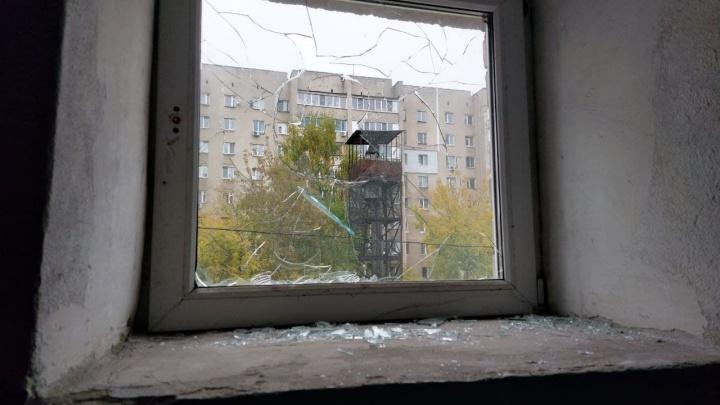 «Им стало душно». В Советском районе бабушка разбила окно, обвинив в этом соседей и попав на видео