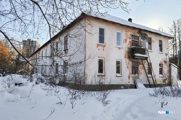 """Речь идет вот об этом здании, находится оно недалеко от больницы <nobr class=""""_"""">№ 33</nobr>"""