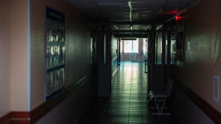 В Новокузнецке десятимесячный ребенок 5 часов плакал от боли, пока медсестра пила чай. Выясняем, что произошло