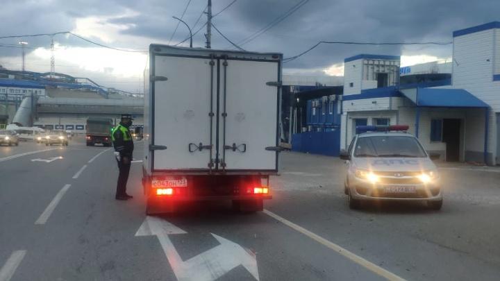 Между Новороссийском и Геленджиком запретили ездить грузовикам из-за сильного ветра