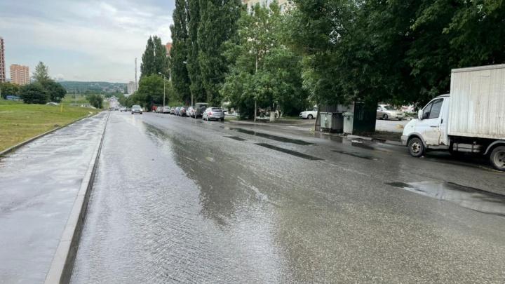 В Ростове коммунальный гейзер затопил улицу Орбитальную — видео