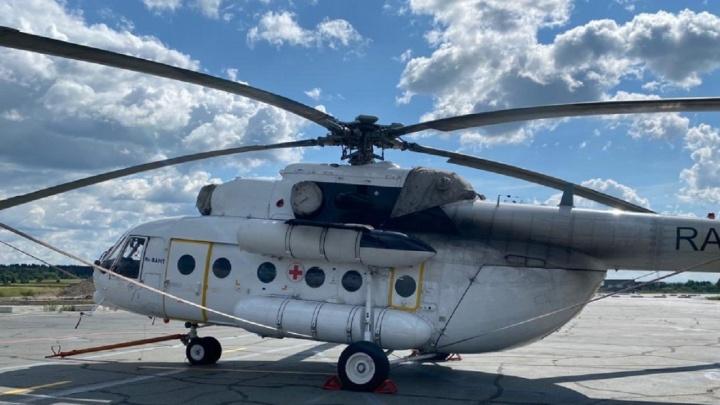 Вертолет санавиации сел на трассу под Губахой, чтобы забрать пациентку в Пермь. Видео