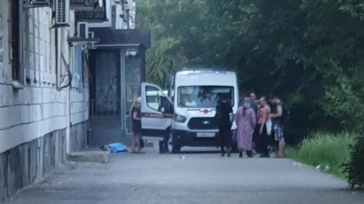 В Волгограде женщина выпала из окна пятиэтажного дома
