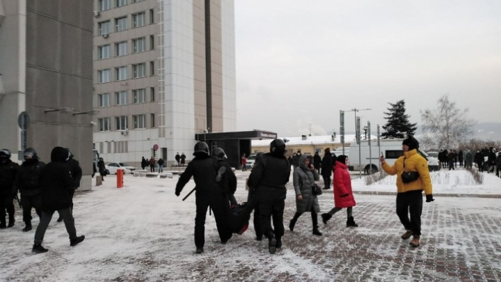 Адвокаты насчитали более 60 задержанных на акции протеста в Красноярске