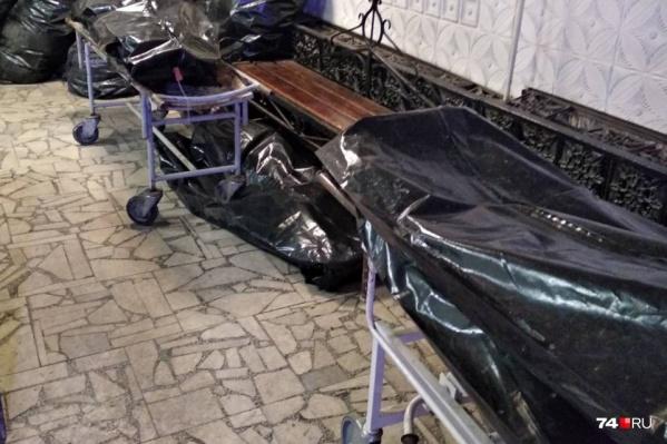 """Три месяца назад морг горбольницы <nobr class=""""_"""">№ 8</nobr> оказался в центре скандала из-за этого фото траурного зала, заваленного телами умерших"""