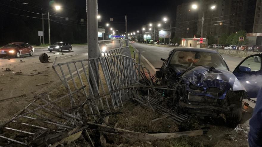 «Заборы жалко больше»: в Ярославле БМВ и «Шкода» разнесли друг друга и дорожное ограждение