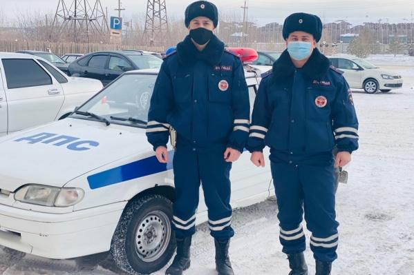 Лейтенант Максим Красулин и прапорщик Михаил Дурасов помогли погорельцам не замерзнуть на улице, а пожарным — добраться до горящего дома
