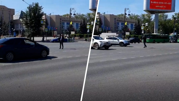 Тюменец вышел регулировать движение на перекрестке Республики — Мельникайте. Там отключили светофор