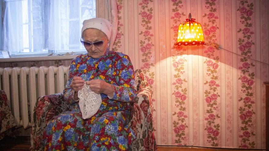 В Уфе 83-летняя пенсионерка вяжет крючком, чтобы заработать себе на операцию по зрению